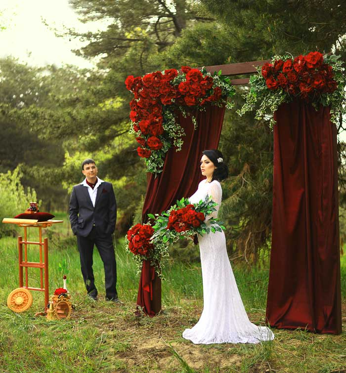 Арка, стиль марсала, жених и невеста