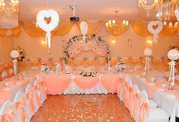 Банкетный зал в желто- розовом цвете