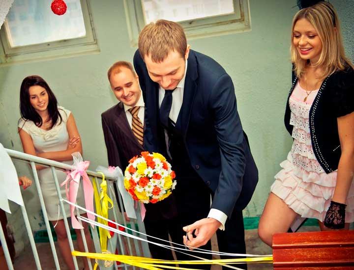 Подруги невесты на свадебном выкупе на лестнице