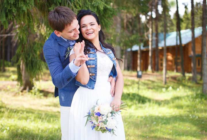 Жених и невеста на джинсовой свадьбе