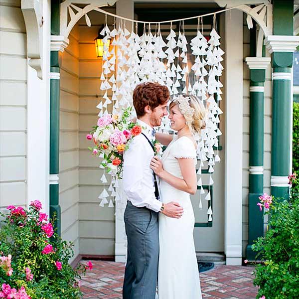 Жених и невеста возле дома
