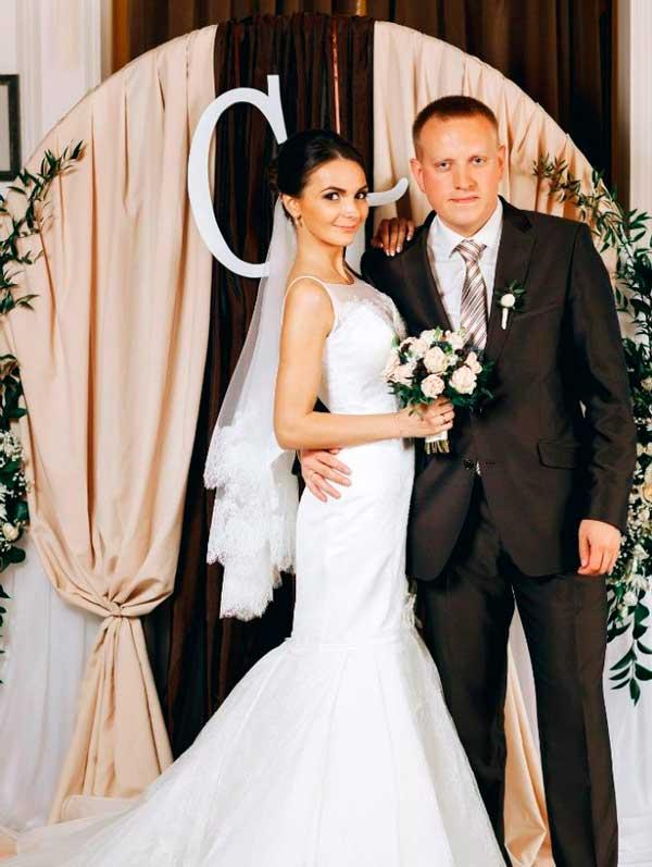 Жених и невеста на кофейной свадьбе
