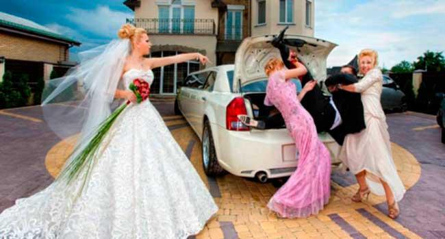 Жених и невеста после выкупа в загсе