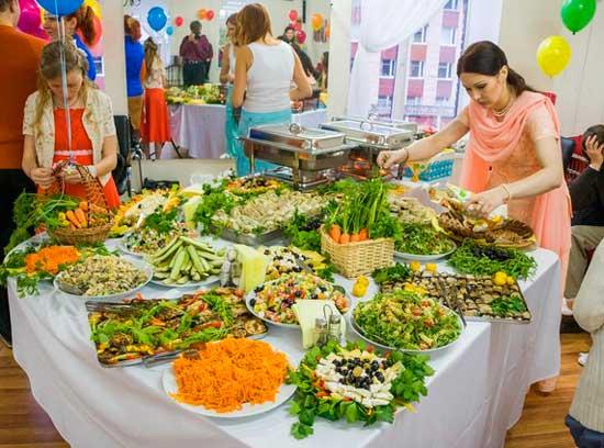 Зеленый стол свадьбы вегетарианцев