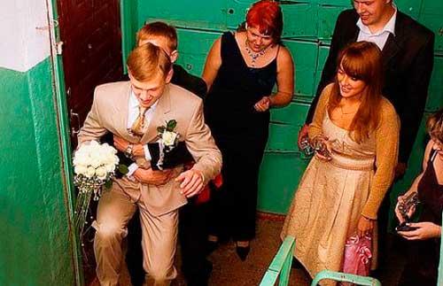 Любовь жениха и выкуп на площадке лестничной