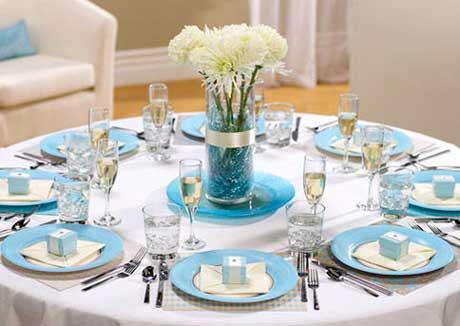 Оформленный стол на свадьбе в доме