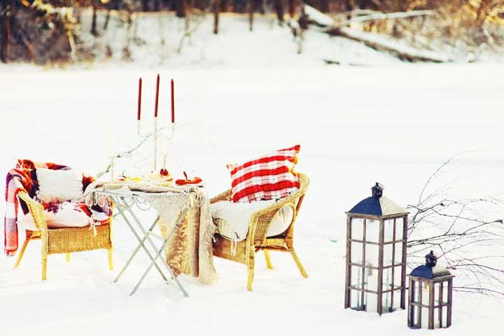 Романтический ужин молодожен на зимней свадьбе