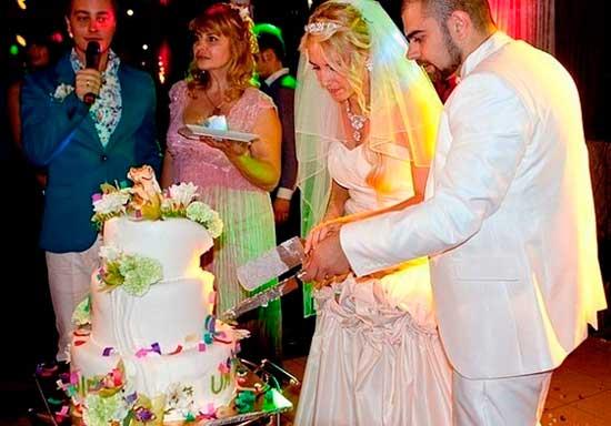 Торт в доме на свадьбе