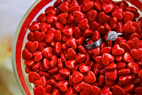 Красные конфетки в виде сердечек на свадьбе