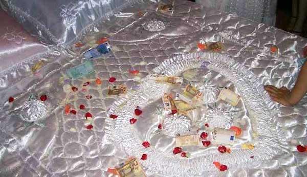 Традиция засыпать кровать сладостями