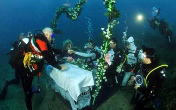Подводная свадебная церемония