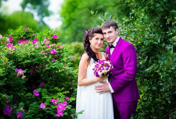 Яркий сиреневый костюм жениха