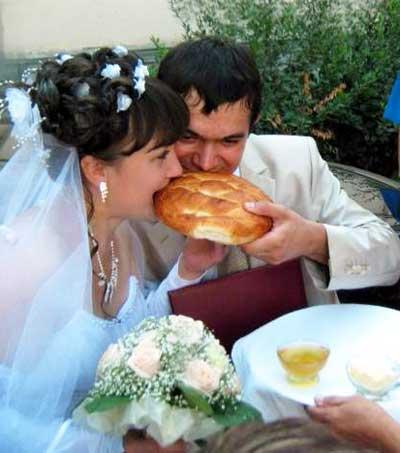 Жених и невесты вкушают хлеб да соль