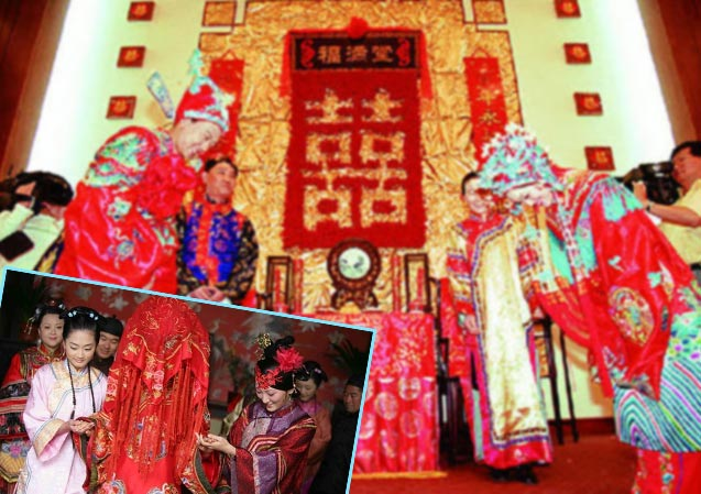 Невесту ведут подружки, китайские молодожены кланяются друг другу