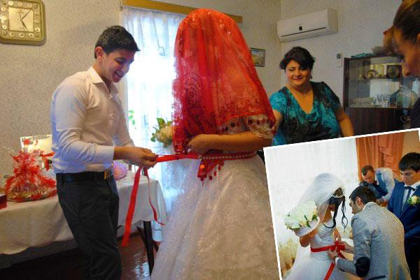 Невесте повязывают красную ленту на пояс