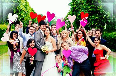 Молодожены и гости свадьбы на природе