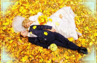 Молодожены лежат на осенней листве