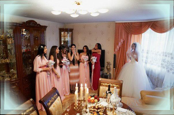 Свадебный стол и азербайджанская невеста с подругами