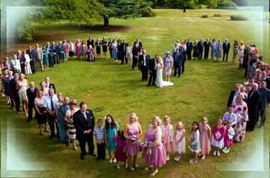 Гости на свадьбе стоят сердечком