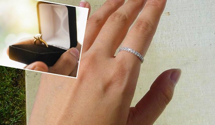 Надеть кольцо на указательный палец
