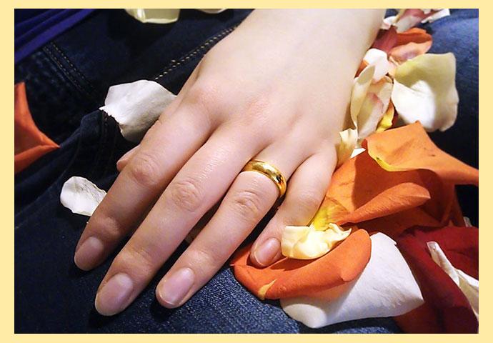 Рук с кольцом на безымянном пальце
