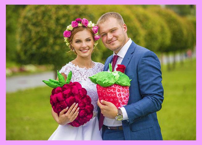 Жених и невеста с ягодами