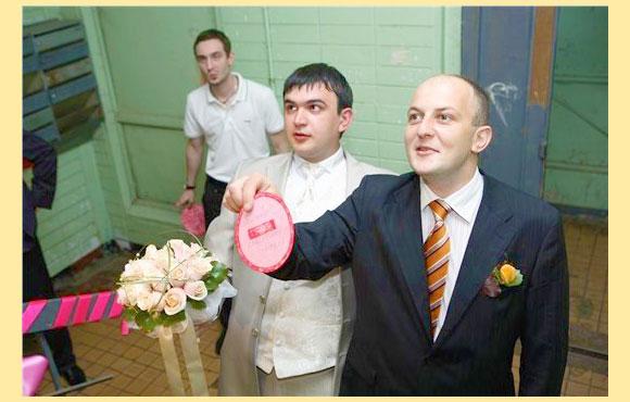 Жених с дузьями на выкупе невесты