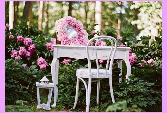 Пионы в саду,стол и стул