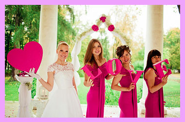 Невеста с подружками и надписью love