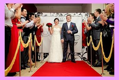 Жених и невеста на красной дорожке