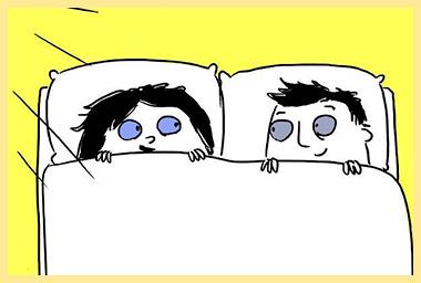 Супруги под одеялом смотрят друг на друга
