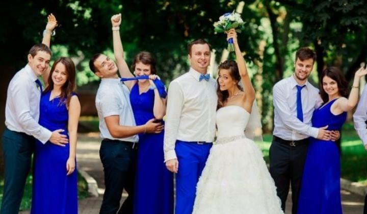 Гости в синих платьях