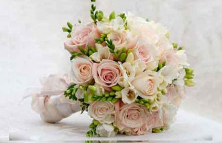 любая невеста сможет своими руками сотворить себе на свадьбу маленький красивый букетик