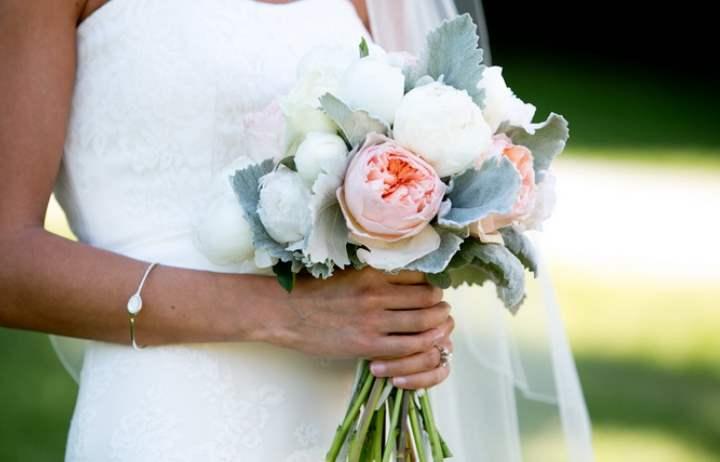 Идеально выглядит со стороны маленький свадебный букет из нескольких одинаковых объемных по форме цветков