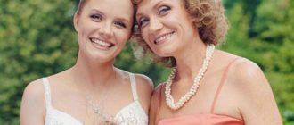 помогает с выбором наряда для свадебной церемонии