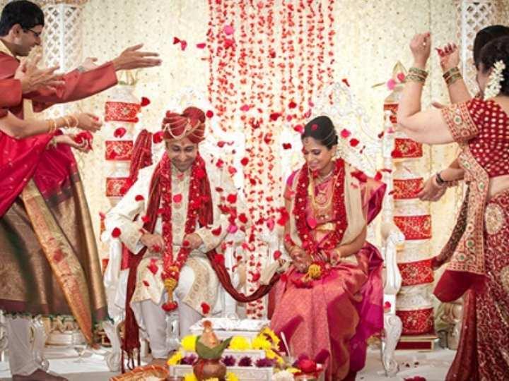 Жених для свадебной церемонии одет не менее нарядно