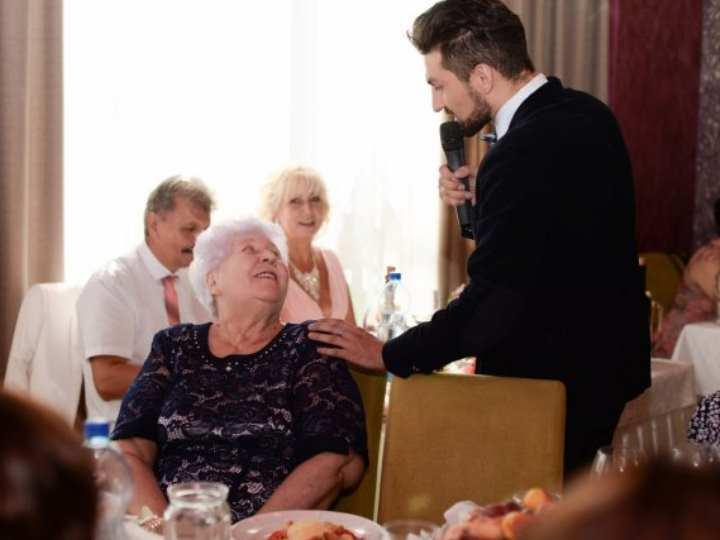 Забавное интервью от души повеселит всех присутствующих на свадьбе