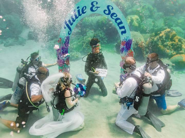 Проведение свадьбы в бассейне требует дополнительного декора водных просторов