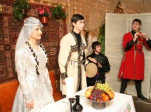 Обычно, осетинскую свадьбу празднуют одновременно и в доме жениха, и в доме невесты
