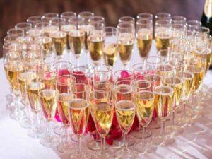 Исключается использование штопора (даже если пробка раскрошилась) при открытии бутылки шампанского!