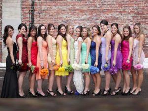 обладательницам фигуры «яблоко» можно порекомендовать платье, отвлекающее от проблемных зон