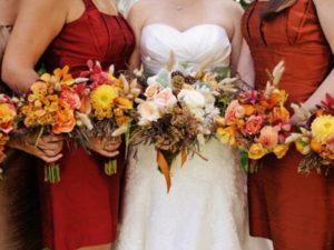 Для свадебных столов лучше всего подойдут натуральный льняные скатерти