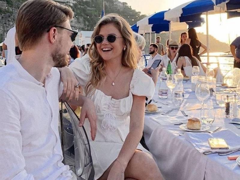 Невеста была в белом роскошном наряде от известнейшего дизайнера