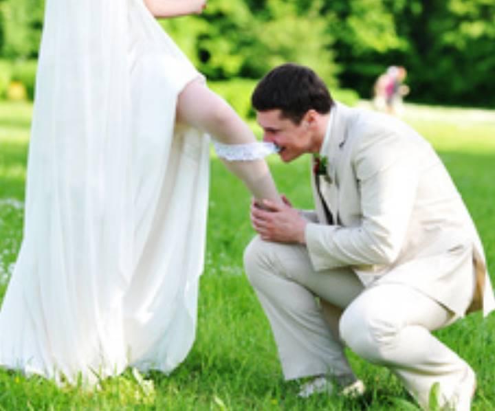 Приобретая подвязку, следует учитывать, чтобы ее тон соответствовал тону чулок и обуви
