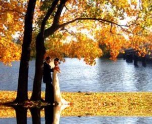 на фоне озера либо пруда