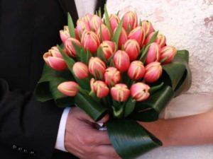 Тюльпаны отлично сочетаются в букете с другими цветами