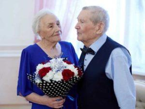 Такие пары, прожив столько лет вместе способны понимать друг друга с полуслова и даже взгляда